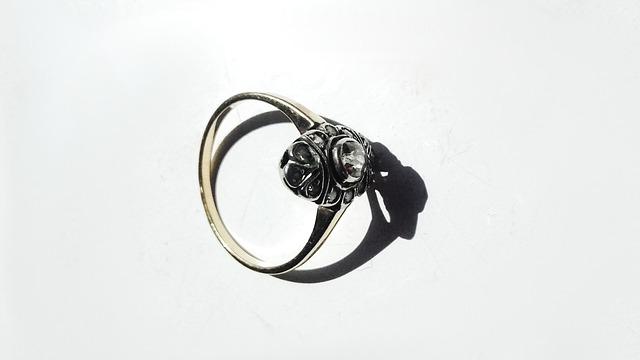 Pierścionek zaręczynowy z brylantem - porady dla kupujących